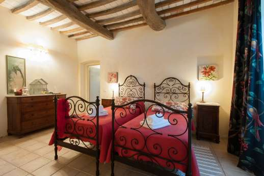 Podere Castelluccio - Ground floor twin bedroom with en suite bathroom with shower.