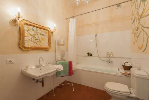 Podere Castelluccio - Another view of the first floor en suite bathroom with bath.
