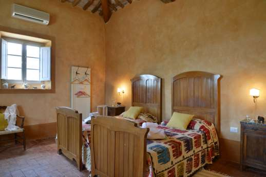 Podere Castelluccio - Opposite view of the twin bedroom.