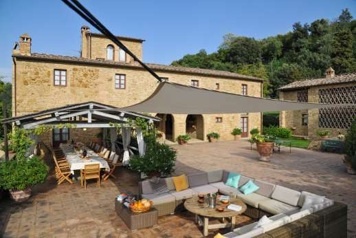 Podere Celli - The courtyard with Villa to the left and guesthouse to the right