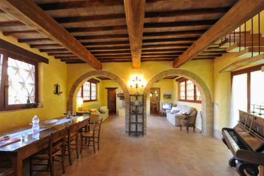 Podere Celli - The dining room set under wooden beamed ceilings