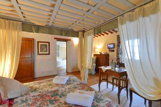 Podere Celli - Another of the air conditioned bedrooms, with en suite bathroom.