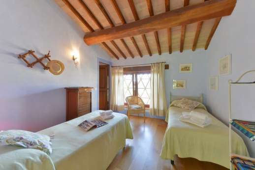 Podere Celli -  Air conditioned twin bedroom [convertible to a double] with ensuite bathroom with Jacuzzi bath