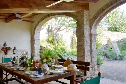 Podere Guicciardini - Large loggia in the courtyard can access the kitchen by a few steps.