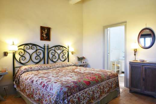 Podere Guicciardini - Ground floor double bedroom with en suite bathroom.