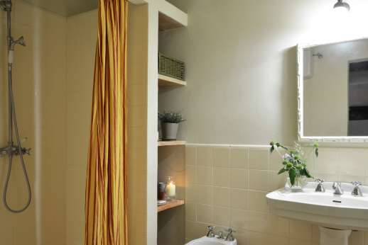 Podere Guicciardini - Shared bathroom with shower.