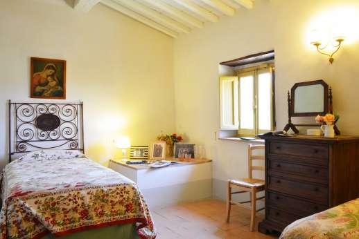 Podere Guicciardini - Air conditioned twin bedroom with shared bathroom.
