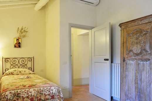 Podere Guicciardini - Second view of the twin bedroom.