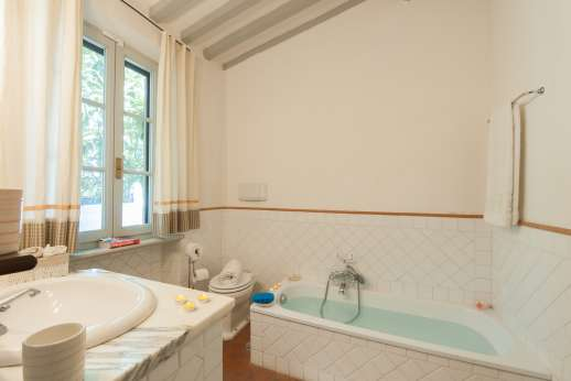 Poggio Alto - An en suite bathroom.