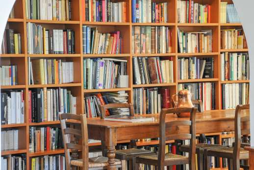 Poggio Alto - The well stocked library speaks of the owners love of books.