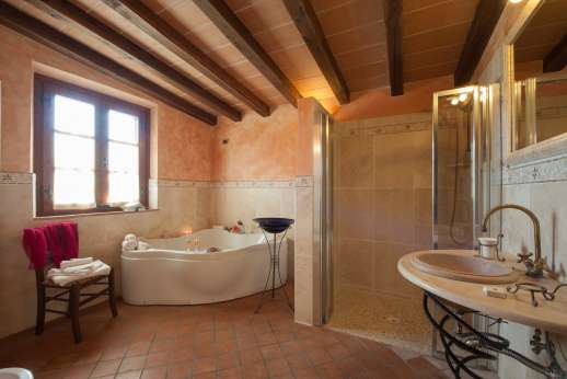 Rosa Dei Venti - The en suite bathroom with jacuzzi bath and shower.