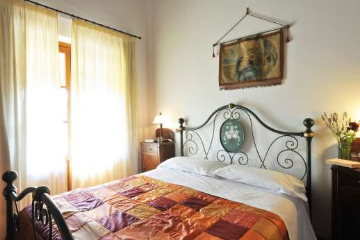 Rosa Dei Venti - Second double bedroom with en suite bathroom with bath.