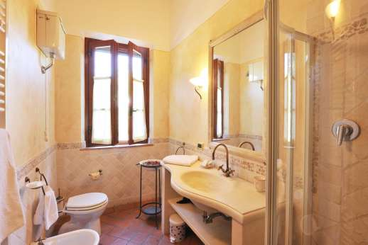 Rosa Dei Venti - The ensuite bathroom with shower.