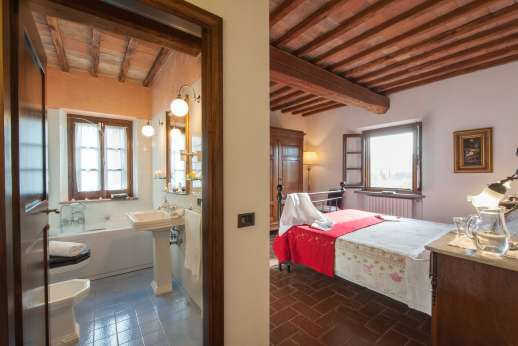 Rosso Fiorentino - First floor double bedroom with en suite bathroom