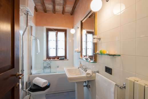 Rosso Fiorentino - First floor bathroom with shower