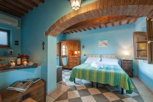 Rosso Fiorentino - Second floor air conditioned bedroom with shared bathroom