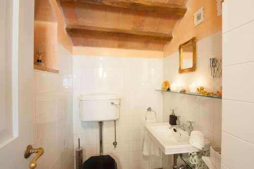 Rosso Fiorentino - Bathroom