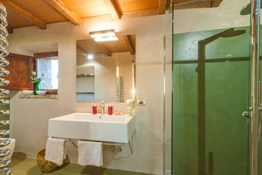 Santa Dieci - En suite bathroom with shower.
