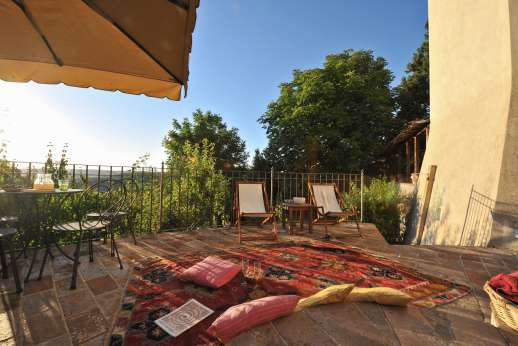 Santi Terzi - Nicely landscaped west-facing garden with several sitting areas below the terrace
