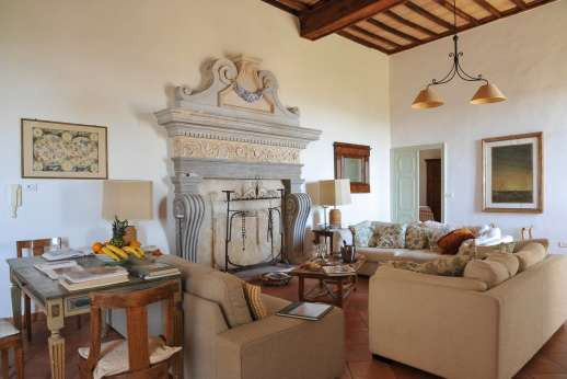 Santi Terzi - Second floor large sitting room with a fireplace
