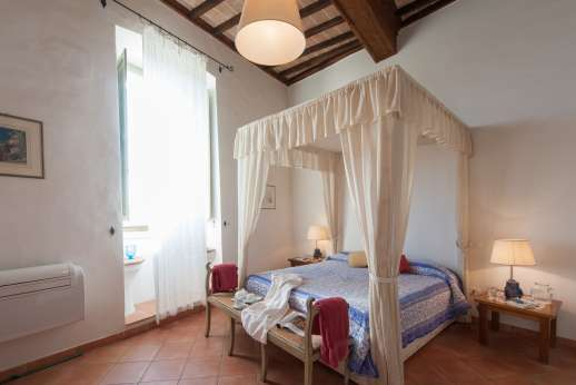 Santi Terzi - Air conditioned double bedroom with an ensuite bathroom one with shower