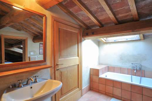 Santi Terzi - La Soffitta apartment bathroom with bath and shower