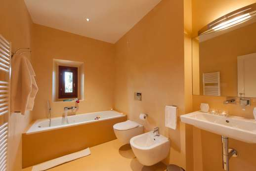 Tenuta Almabrada - En suite bathroom.