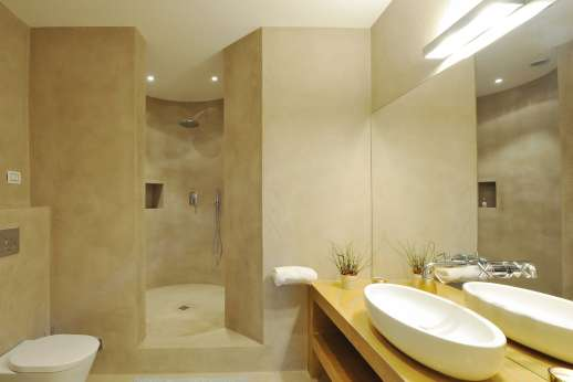 Tenuta Almabrada - The wonderful en suite bathroom.