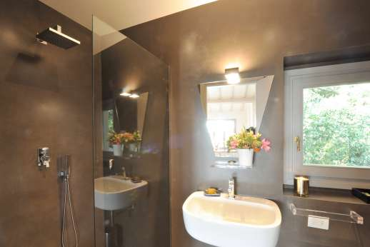 Tenuta Almabrada - The private bathroom to the top floor guest house.