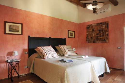 The Estate of Petroio with Staff and Cook - Air-conditioned twin bedroom on the first floor of the guest house with an ensuite bathroom.