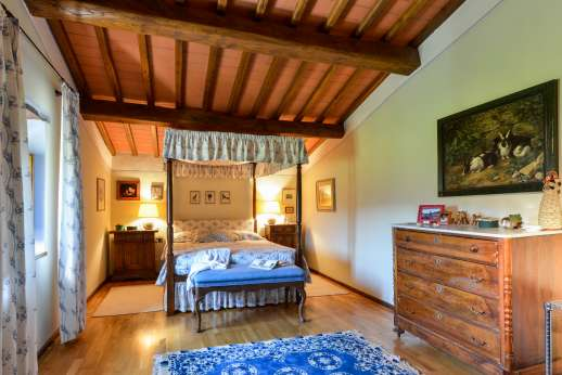 Staffed weddings at The Estate of Petroio - Four poster air-conditioned double bedroom with an ensuite bathroom with shower