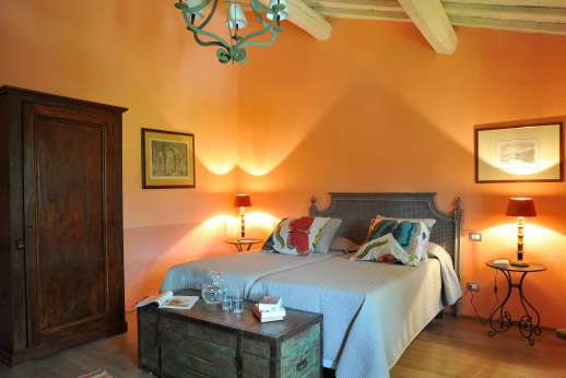 Staffed weddings at The Estate of Petroio - Air-conditioned twin bedroom with an ensuite bathroom.