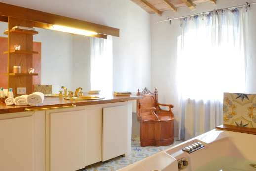 Tizzano - En suite bathroom with jacuzzi bath.