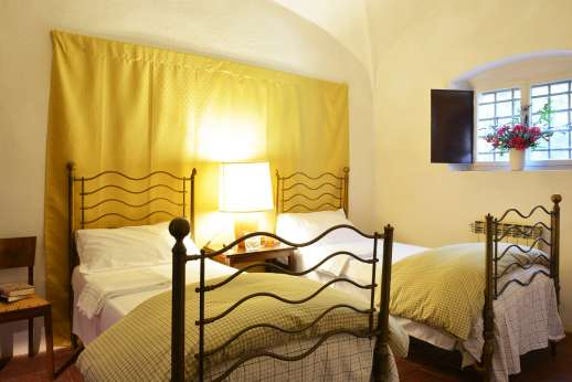 Tizzano - Twin bedroom with vaulted ceiling on ground floor.
