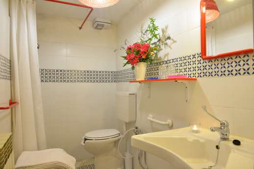 Tizzano - Tiled en suite ground floor bathroom equipped with disabled facilities.