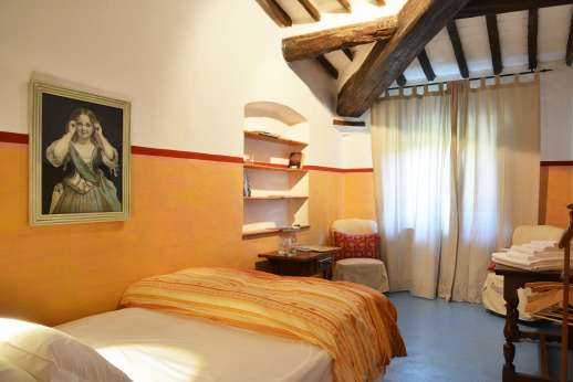 Tizzano - Bright single bedroom on the first floor.