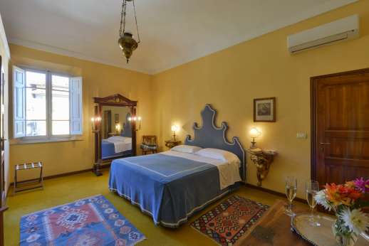 Vecchia Fattoria - Air conditioned double bedroom with en suite bathroom first floor