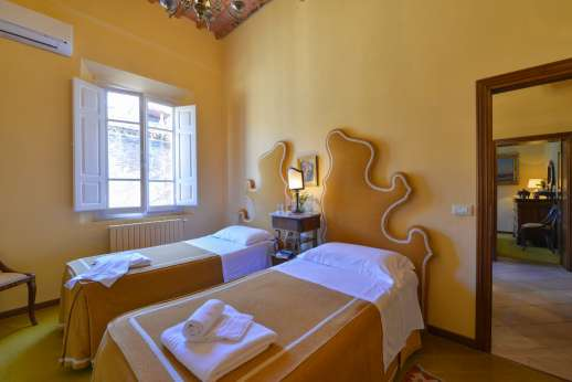 Vecchia Fattoria - Air conditioned twin bedroom sharing a bathroom with another of the twin bedrooms.