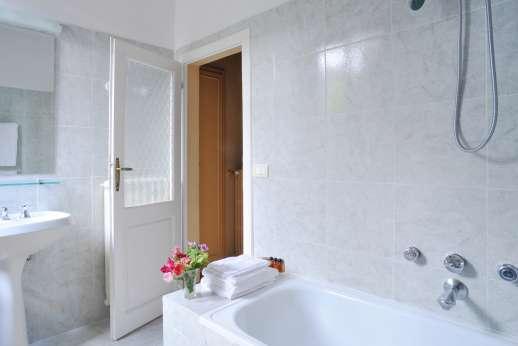 Vecchia Fattoria - An en suite bathroom