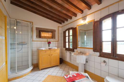 Villa Altea - Shared spacious modern bathroom.