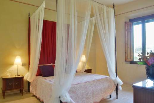 Villa Atena - Elegant four poster bed. Main house all bedrooms are air conditioned.