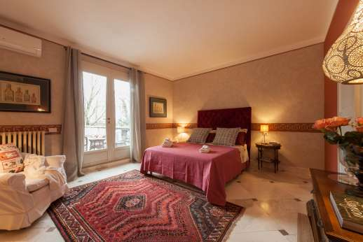 Villa Atena - Ground floor air-conditioned double bedroom with ensuite bathroom with shower