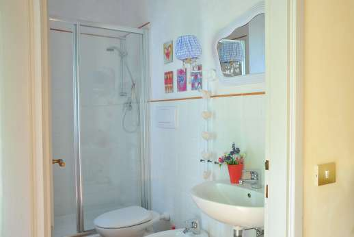 Weddings at Villa Atena - Bathroom with shower, in the guest house.