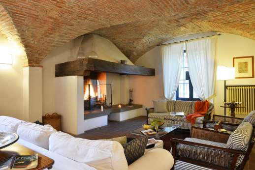 Villa Bracciano - Sitting room with vaulted ceilings and elegant furniture.