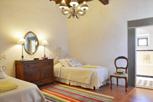 Villa Bracciano - Main house first floor, twin bedroom with en suite bathroom.