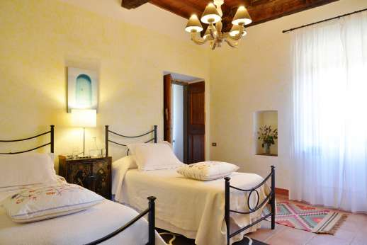 Villa Bracciano - Twin bedroom main house.