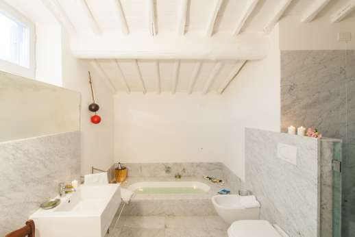 Villa Caprolo - Independent suite bathroom with bath.