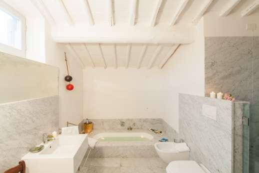 Villa Caprolo - Independent suite bathroom with bath.