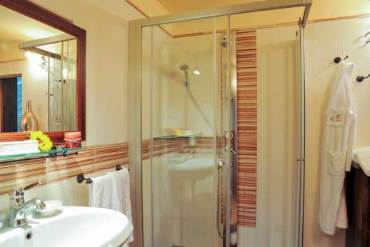 Villa D'Elsa - Air conditioned double bedroom with en suite bathroom.
