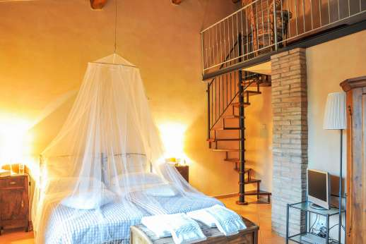 Villa D'Elsa - Bedroom with inner balcony.